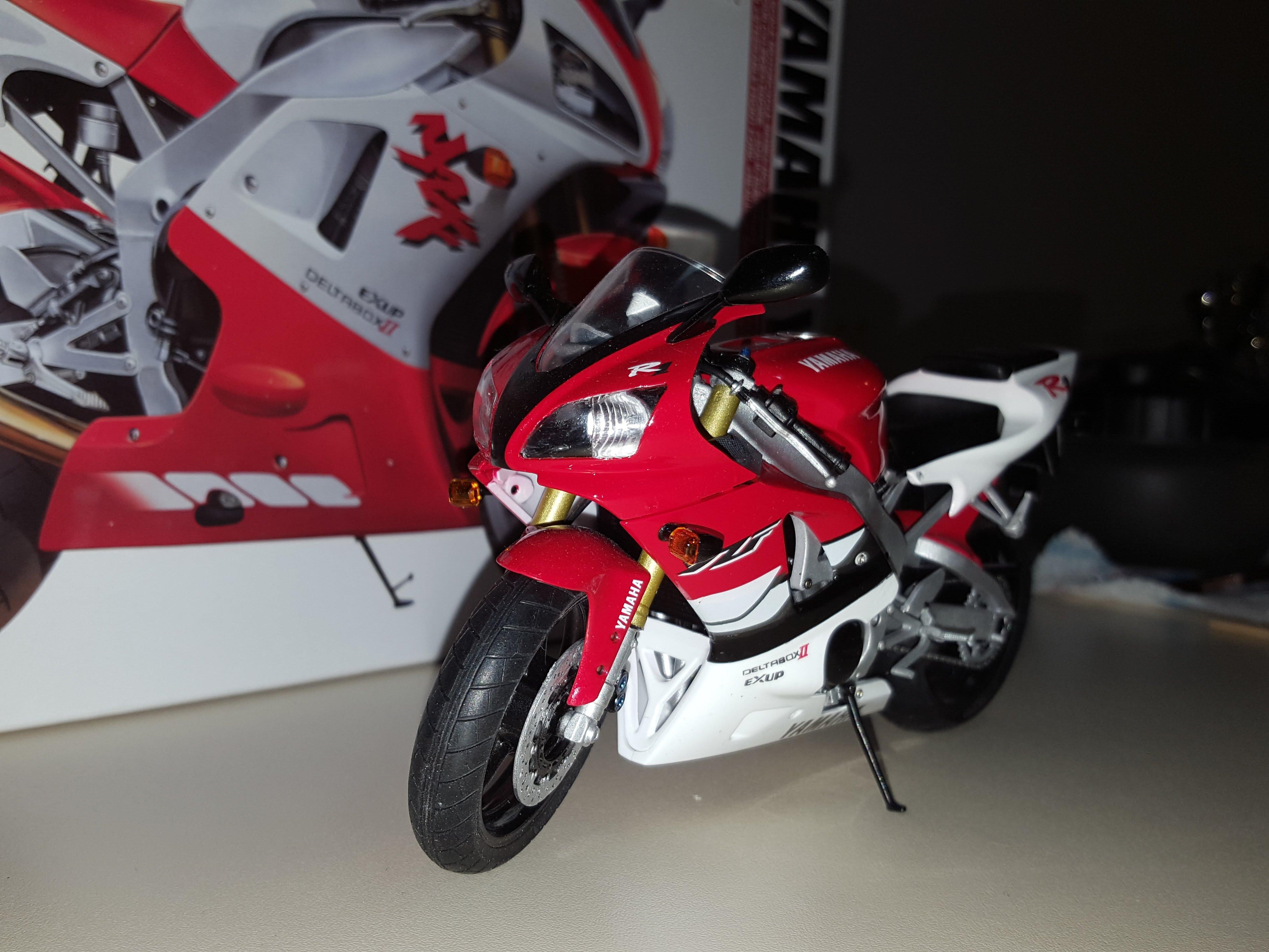 Yamaha YZF-R1 front